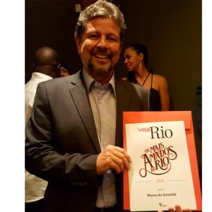 Ricardo Piquet, presidente do Museu do Amanhã recebe em mãos o Prêmio Veja Rio